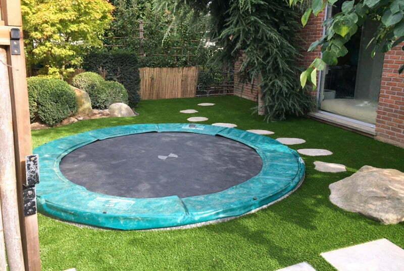 Ingegraven trampoline in kunstgras