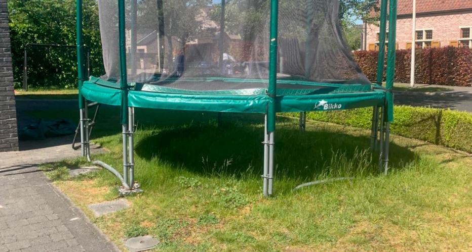Trampoline op natuurgras