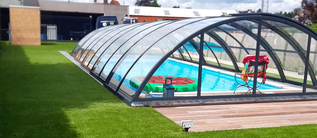 Kunstgras-tuin-met-zwembad