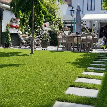 Kunstgras-tuin-met-stapstenen